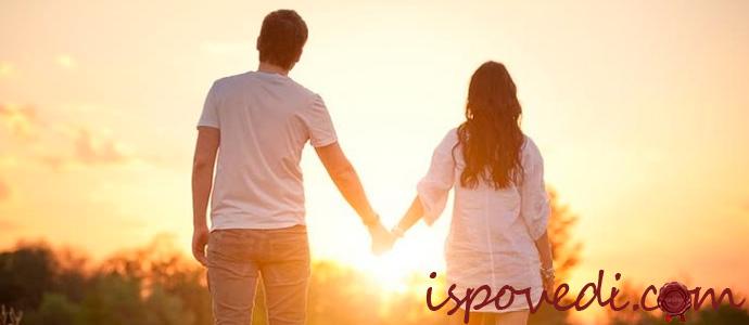счастливая пара на рассвете