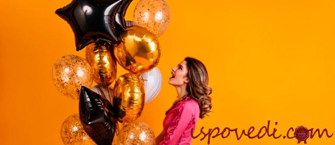 девушка держит яркие воздушные шары с гелием