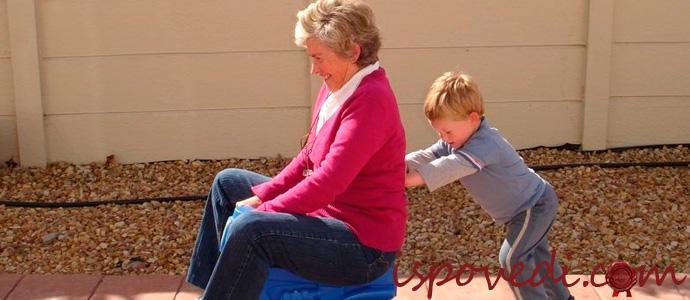 бабушка любит внука
