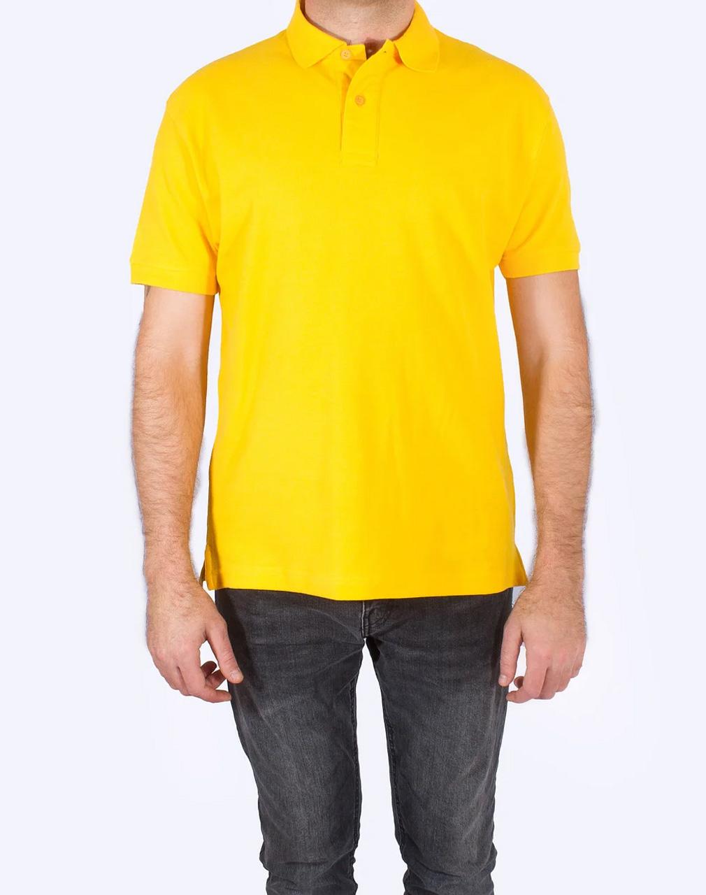 желтая мужская футболка из текстиля