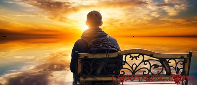 одинокий парень смотрит на закат