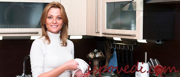 Женщина на новой кухне