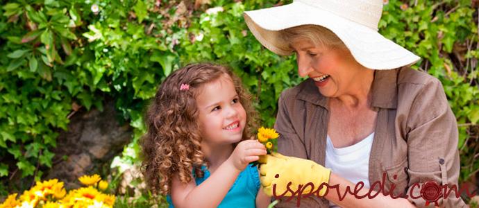 бабушка с внучкой на даче