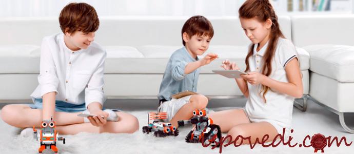 дети играют с игрушками трансформерами
