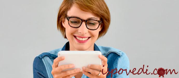 девушка пользуется мобильным приложением для записи в салон красоты