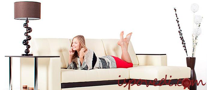 девушка на диване