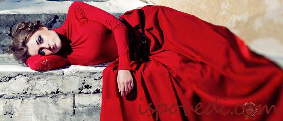 В красном макси-платье