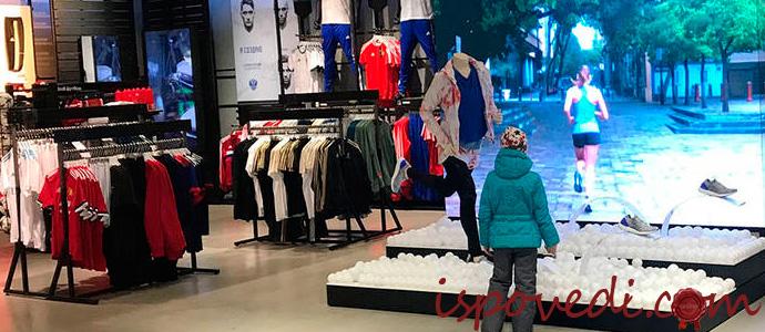 видеолпилон в магазине одежды