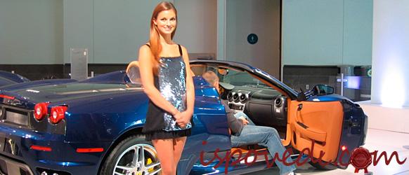 Красивая девушка возле красивой машины