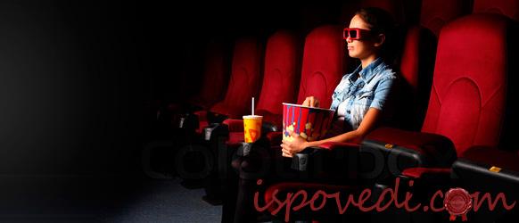 Девушка смотрит фильм в кинотеатре