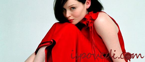Девушка в новом красном платье