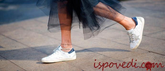 девушка в модных кроссовках