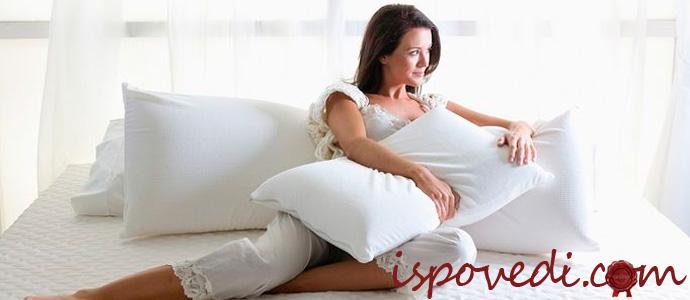 девушка лежит на ортопедическом матрасе