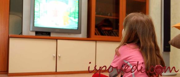 Девчочка смотрит мультфильм