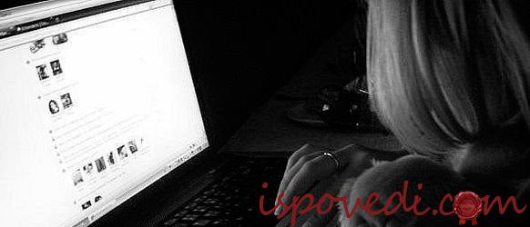 Девушка грустит за ноутбуком