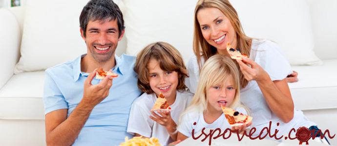 семья ест пиццу