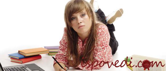 девушка за учебой