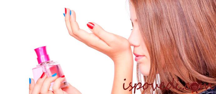 девушка выбирает парфюм
