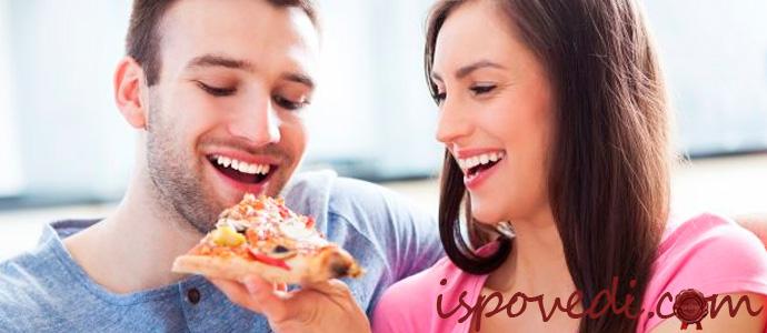 парень и девушка едят пиццу