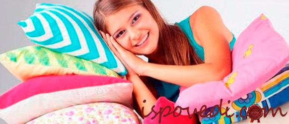 девушка с постельным комплектом