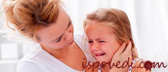 мама успокаивает дочку