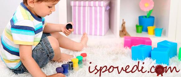 Ребенок играет на полу кубиками