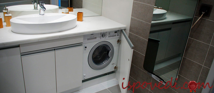 стиральная машинка под умывальником