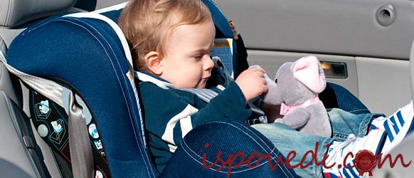 Сосредоточенный ребенок в автокресле