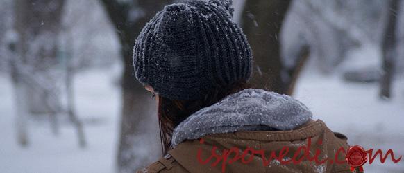 Девушка в вязаной шапке