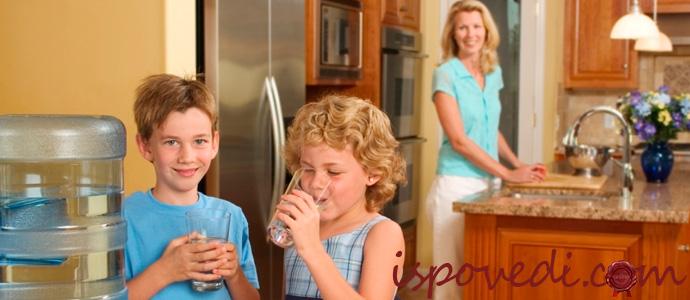 дети пьют воду из кулера